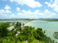瀬長島の展望公園 - 海中道路も一望できます