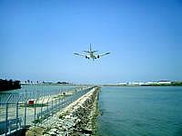 瀬長島の飛行機ベストポイント1 - 遠くに那覇空港の滑走路が見えます