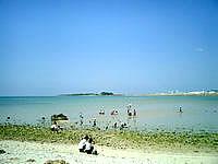瀬長島の瀬長の海 - 防波堤や砂浜でのんびりしている人が多い