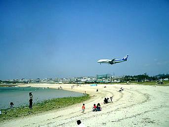 瀬長島のファミリーランドのビーチ「ビーチの向こうに飛行機が!面白い光景です」