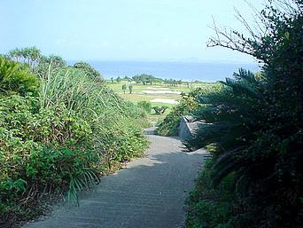 瀬底島の旧ビーチゴルフクラブの行き止まり「学校の裏の道をそのまま進むと行き止まりです」