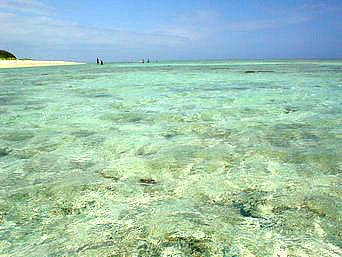 瀬底島の瀬底ビーチの海