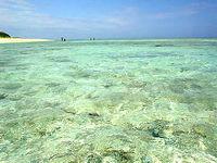 瀬底ビーチの海