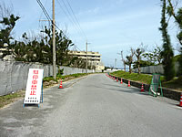 瀬底島の瀬底ビーチへの道