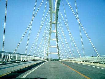 瀬底島の瀬底大橋「空に吸い込まれそうな光景が広がります」