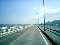 瀬底島の瀬底大橋 - まっすぐに伸びる道
