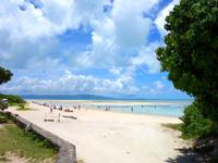 竹富島のコンドイビーチ - ビーチ入口からコンドイビーチを望む