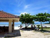 竹富島のコンドイビーチ - 数少ない日影の吾妻屋と木陰は競争率高し