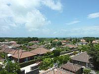 竹富島のなごみの塔からの景色 - コンドイビーチ方面を見る