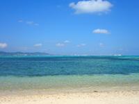 竹富島のナーラサ浜 - 正面に石垣市街が望めます