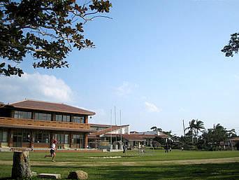 竹富島の竹富町立竹富小中学校「離島の学校としてはとてもキレイ」
