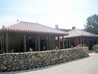 竹富島のお食事処かにふ - 赤瓦の建物と石積みの壁が印象的