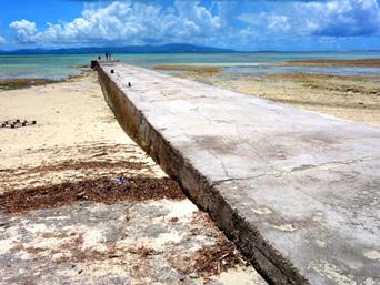 竹富島の西桟橋「浅瀬の桟橋なので干潮時は回りの海は干上がる」
