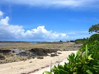 竹富島の竹富北側の海/新里村遺跡 - 海に向かって右には竹富港がすぐ!