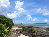 竹富島の竹富北側の海/新里村遺跡 - 海に向かって左には岩の小島あり