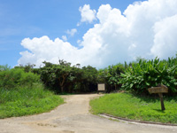 竹富島の竹富北側の海/新里村遺跡 - 海とは反対側には遺跡あり?