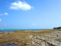 竹富島の竹富港とナーラサ浜の間 - 畳石のような大きな岩もあります