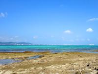 竹富島の竹富港とナーラサ浜の間 - 対岸に石垣市街が望めます
