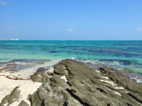 竹富島の東崎/ナーラサ浜とアイヤル浜の間 - 岩場もありますが大きな一枚岩が多い