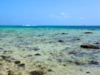竹富島の東崎/ナーラサ浜とアイヤル浜の間 - 沖を高速艇が行き交います