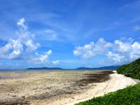 竹富島の聖女安里クヤマの墓 - 海はかなり干上がります
