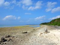 竹富島のニーラン神石 - 西桟橋が遠くに見えます