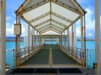 竹富島の竹富港 - 今は何処の離島も浮き桟橋