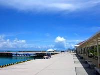 竹富島の竹富港 - 待合所から乗り場まで屋根がかかっていますが遠い