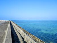 多良間島の前泊港/シードリームたらま/旅客ターミナル - フェリーが発着する前泊港東側は海も綺麗