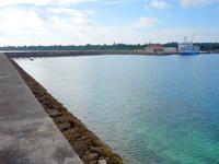 多良間島の前泊港/シードリームたらま/旅客ターミナル - 防波堤はかなり先まで歩いて行けます