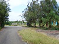 多良間島の農村公園 - 駐車場だけは雑草で埋まっていません