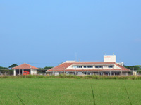 多良間島のかりゆす多良間空港/新多良間空港 - ウプドゥートゥブリ入口から見たターミナル全景