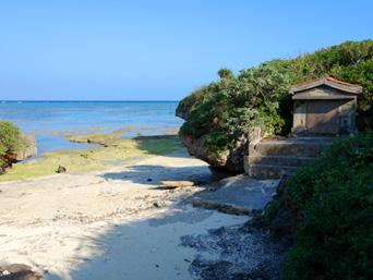 多良間島のパナリの拝所「海岸になんと拝所がある!」