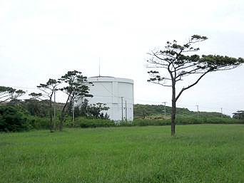 多良間島の貯水塔からの景色「牧場のすぐ横にある貯水塔です」