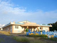 多良間島の多良間中学校/屋内プール/多良間村立保育所/共同調理場 - 中学校なのに屋内プール?海があるのに・・・
