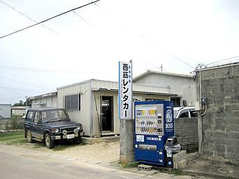 多良間島の西筋レンタカー(いりすじ)「右隣が南ぬ屋ゲストハウス」