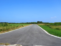 多良間島の旧多良間空港滑走路/可倒式風力発電「たらまる」/メガソーラー/多良間村ヤギ加工施設 - 空港南をショートカットできる道路が開通!