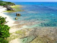 多良間島のメモリアルビーチ/タカアナ/アガリ゜タカーナ - 展望台の背後なので見にくいが見えればこの色