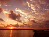 多良間島の朝日の名所/普天間港桟橋 - 沖に防波堤があるけど邪魔な感じではない