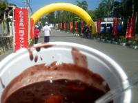 多良間島のたらま島一周マラソン大会 - ゴール後に無料でお汁粉が振る舞われます