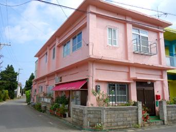 多良間島の安里商店「COCOハウスの隣のピンクの建物」