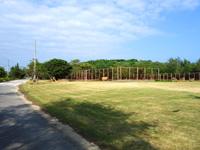 多良間島のたらま ゆがぷうランド - テニスコート周辺はまともだが使われた形跡がない