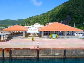 渡嘉敷島のフェリーターミナル「フェリーターミナルは赤煉瓦の沖縄風」