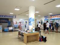 渡嘉敷島のフェリーターミナル - 鯨のモニュメントがお出迎え