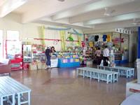 渡嘉敷島のフェリーターミナル - 隣接して売店もあります