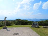 渡嘉敷島の赤間山西展望台 - 渡嘉敷島の緑の先に慶良間の島々
