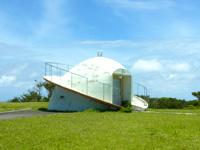 渡嘉敷島の赤間山西展望台 - 白い物体の正体は天文観察施設