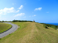 渡嘉敷島の赤間山東展望台 - 緑と道が良い感じの東展望台