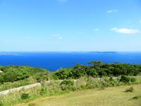 渡嘉敷島の赤間山東展望台 - 渡嘉敷島もいい光景が広がっています
