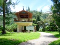 渡嘉敷島の渡嘉志久海岸公園 - 公園越しに見るビーチは格別